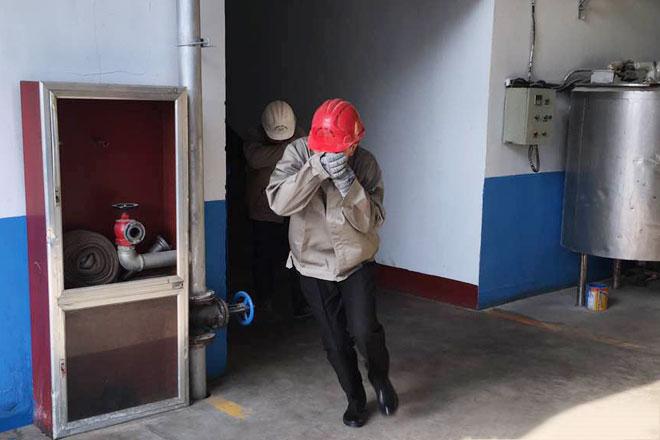 员工进行安全疏散演练