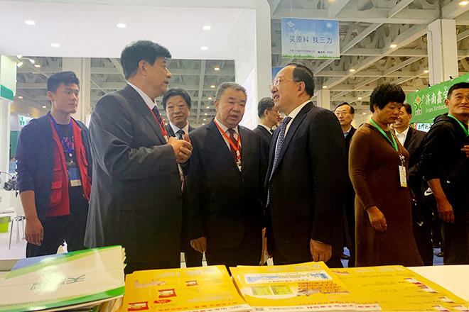 副省长于国安与天源集团董事长邹殿来正在亲切交谈。