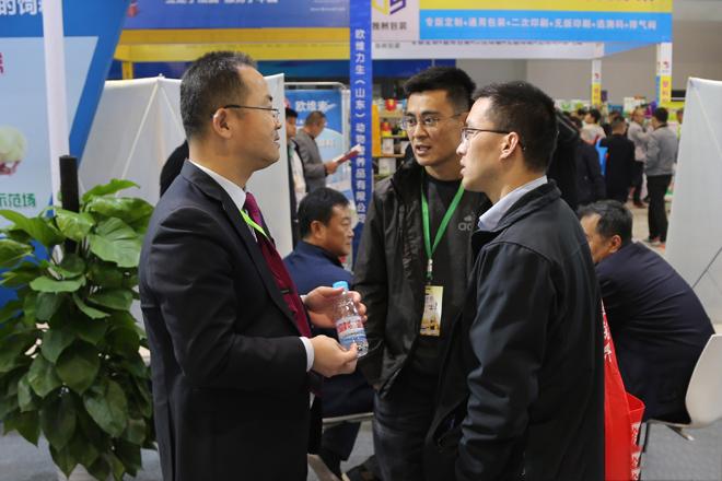 天源集团技术总监梁福功先生与参观客户进行技术交流。