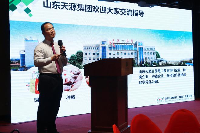 技术总监梁福功先生正在为客户讲解《德赢app下载安装天源德赢vwin手机官网的价值与选择》。