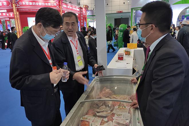 烟台市畜牧局领导调研宝来食品公司产品。